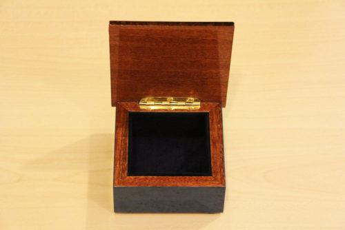 Fodera in velluto e cerniera in ottone - Cofanetto portagioie in legno intarsiato a mano