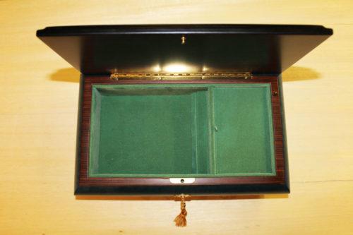 Fodera interna in velluto -cofanetto musicale in legno intarsiato