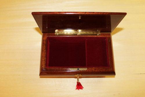 Fodera interna in velluto e cerniera in ottone - Carillon in legno intarsiato