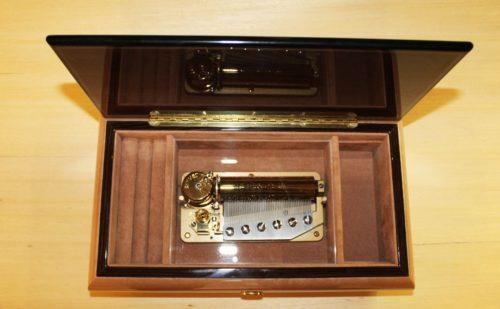 Fodera interna in velluto e cerniera in ottono - Carillon portagioie artigianale in legno
