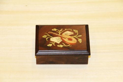 Scatola in legno intarsiato