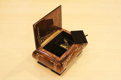 Velvet lining and brass hinge- Sorrento music box