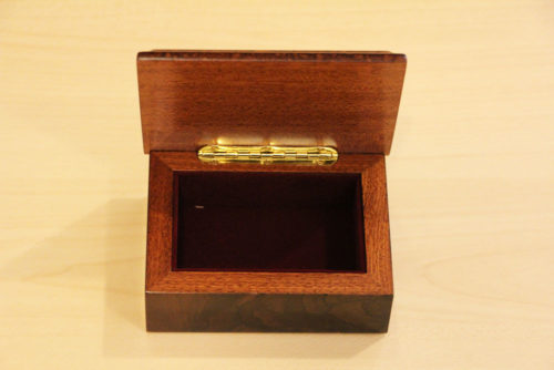 Fodera in velluto e cerniera in ottone - Cofanetto portagioie in legno intarsiato