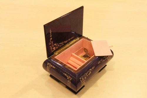Fodera interna in velluto e cerniera in ottone - Carillon artigianale in legno intarsiato