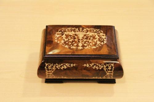 Cofanetto musicale in legno intarsiato