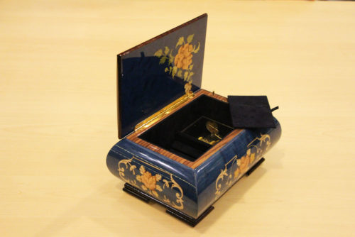Velvet lining and brass hinge - Inlaid music box with flowers