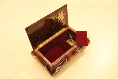 fodera interna in velluto e cerniera in ottone - Carillon portagioie in legno intarsiato