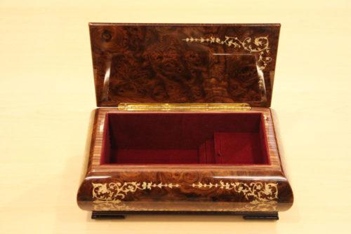 fodera interna in velluto e cerniera in ottone - Cofanetto musicale in legno intarsiato della linea barocco