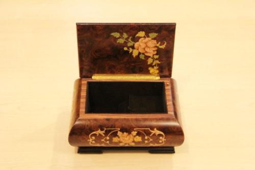 Fodera interna in velluto - Carillon in legno intarsiato con motivo floreale