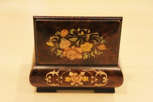 Posteriore - Carillon in legno intarsiato con motivo floreale